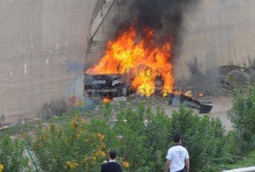 Fahrzeug im Flammen aufgegangen, Fahrer geflohen