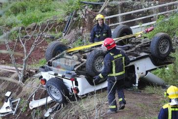 GC-220 Auto stürzt in Schlucht - 2 Tote
