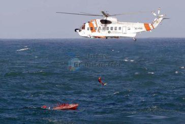 Hubschrauber rettet 2 Männer von Schlauchboot