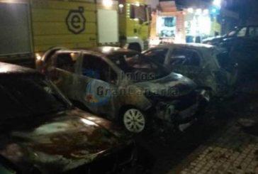 Feuer zerstört 4 Fahrzeuge in Arguineguin, Vandalismus?