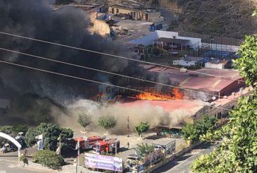 Großes Feuer in La Perla am Aqualand sorgt für Aufsehen, eine Person verletzt (inkl. Video)