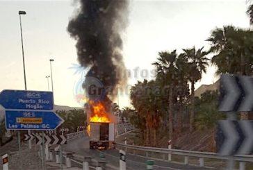 LKW fängt auf Autobahnauffahrt Feuer, keine Verletzten