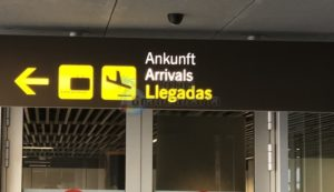 Schild für Ankünfte am Flughafen Gran Canaria