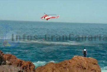 Hubschrauber rettet Fischer aus dem Meer in Gáldar