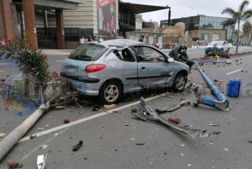 Unfall am CC Las Arenas - Palmen und Straßenlaterne zerstört