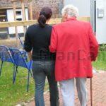 Enkelkinder dürfen nach einem Jahr endlich wieder die Großeltern im Altenheim besuchen, aber…