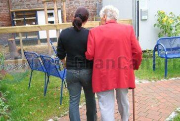 Enkelkinder dürfen nach einem Jahr endlich wieder die Großeltern im Altenheim besuchen, aber...
