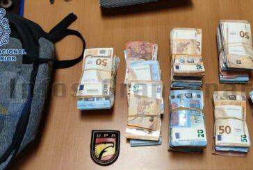 Polizei stellt geflüchteten Mann mit 52.500 € Bargeld im Rucksack