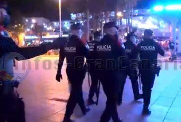 Polizei fährt Großeinsatz im Süden von Gran Canaria und löst Menschengruppen auf